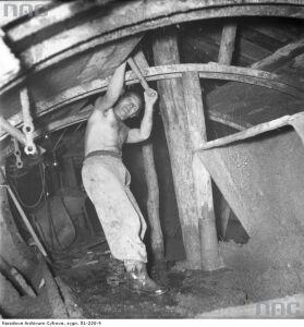 Młoty, siekiery, łopaty.Tym kiedyś budowali metro