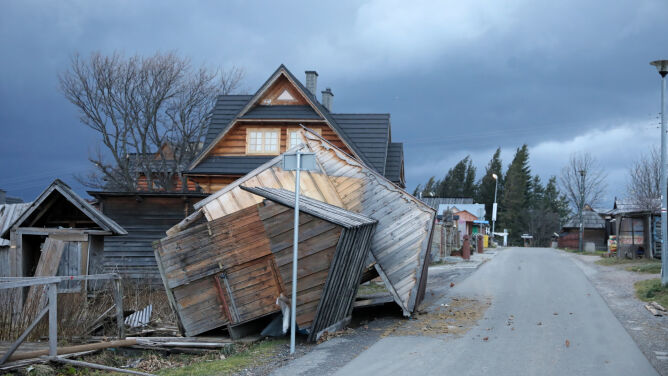 Przewracał stragany, zrywał dachy. <br />Skutki silnego wiatru w Tatrach