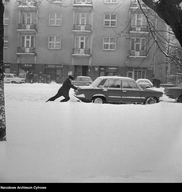 Mężczyzna pchający samochód na ul. Gagarina w Warszawie. Grudzień 1981 (Rutowska Grażyna/Narodowe Archiwum Cyfrowe)