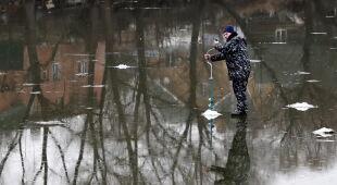 Nawet lód na stawie jest cienki (PAP/EPA/MAXIM SHIPENKOV)