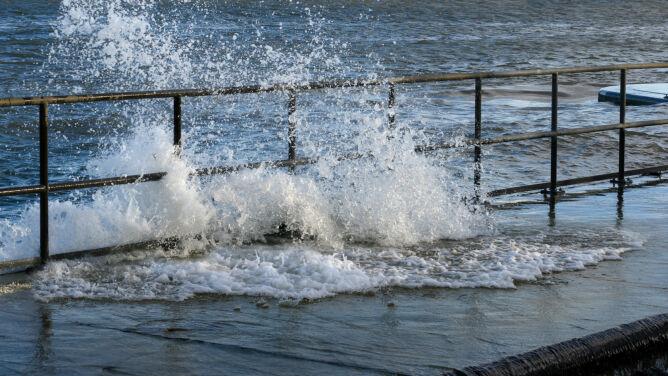 Silne porywy wiatru nad morzem. <br />W kolejnych dniach oblodzenia